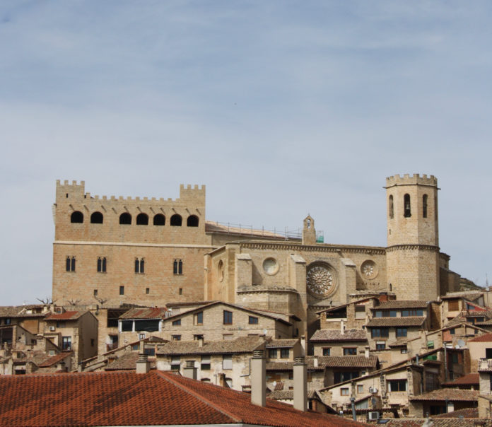 Foto desde la entrada de Valderobles de sus castillo