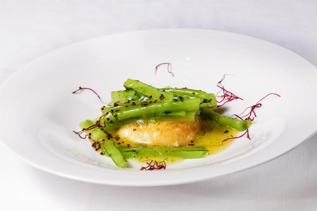 el plato estrella es la duquesa de patata a la importancia con borraja en salsa verde y quinoa roja crujiente